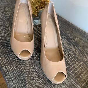 Guess 9.5 peep toe nude shoes